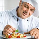 Cuoco che cucina pasta allo zafferano